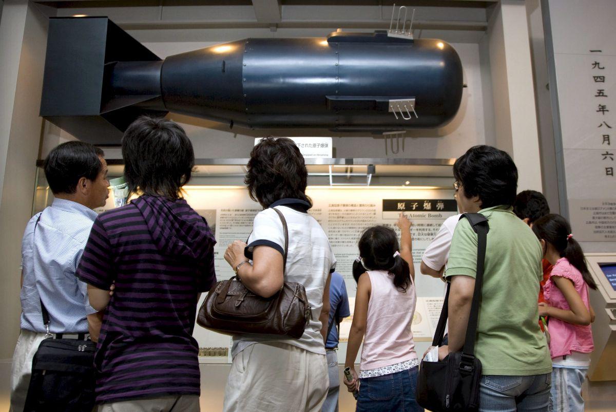 - Fotografía de archivo tomada el 4 de agosto de 2007 que muestra una reproducción a tamaño real de la boma atómica lanzada sobre Hiroshima en 1945 en el Museo de la Paz en el Parque de la Paz de Hiroshima al oeste de Japón. EFE