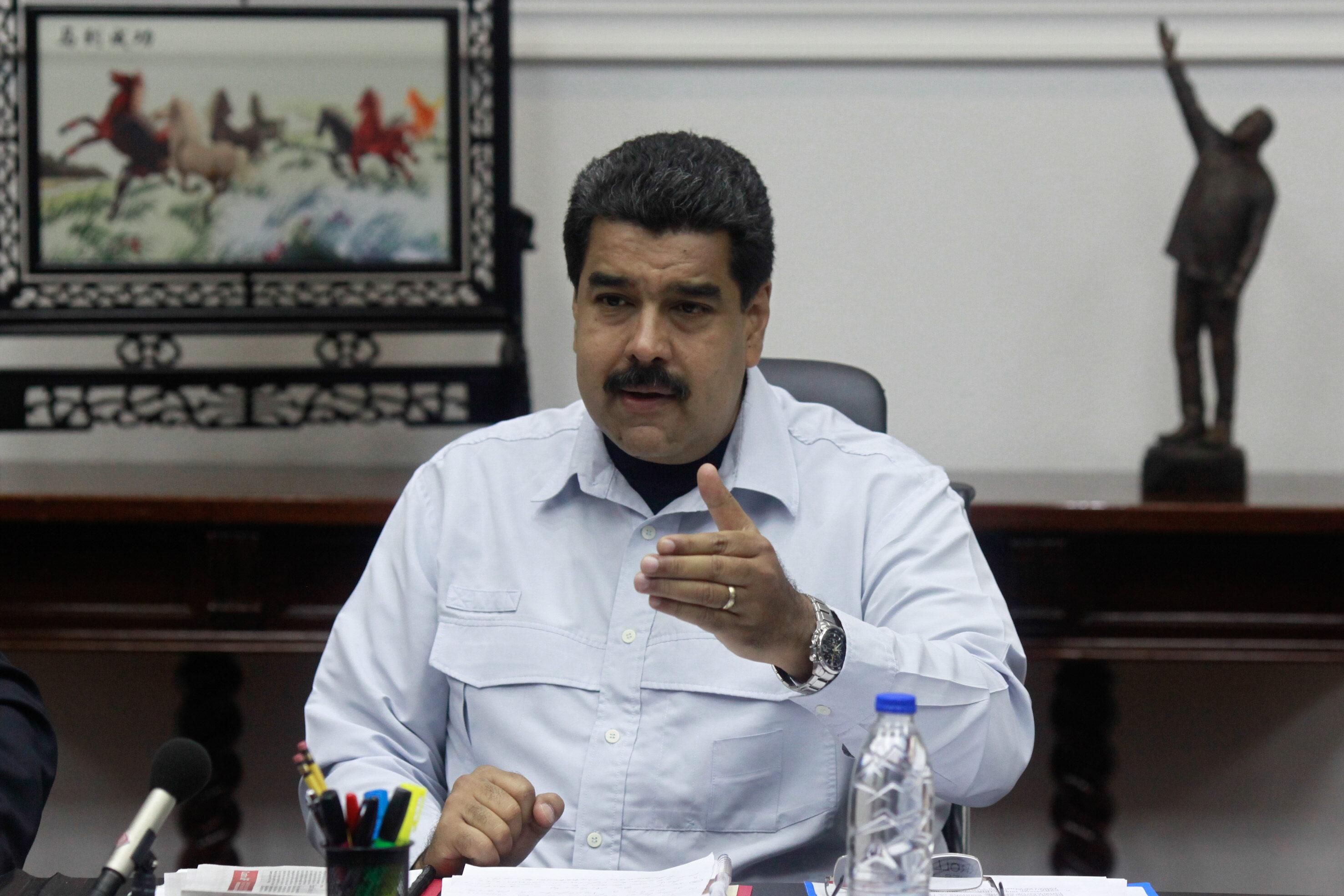CAR01. CARACAS (VENEZUELA), 07/9/2015.- El presidente venezolano, Nicolás Maduro, participa en un consejo de ministros de su gabinete hoy, lunes 7 de septiembre de 2015, en Caracas (Venezuela). El presidente de Colombia, Juan Manuel Santos, dijo hoy que aceptó un ofrecimiento de Uruguay para mediar en la crisis fronteriza con Venezuela y facilitar un diálogo con su colega de ese país, Nicolás Maduro. EFE/PRENSA MIRAFLORES/NO VENTAS/SOLO USO EDITORIAL