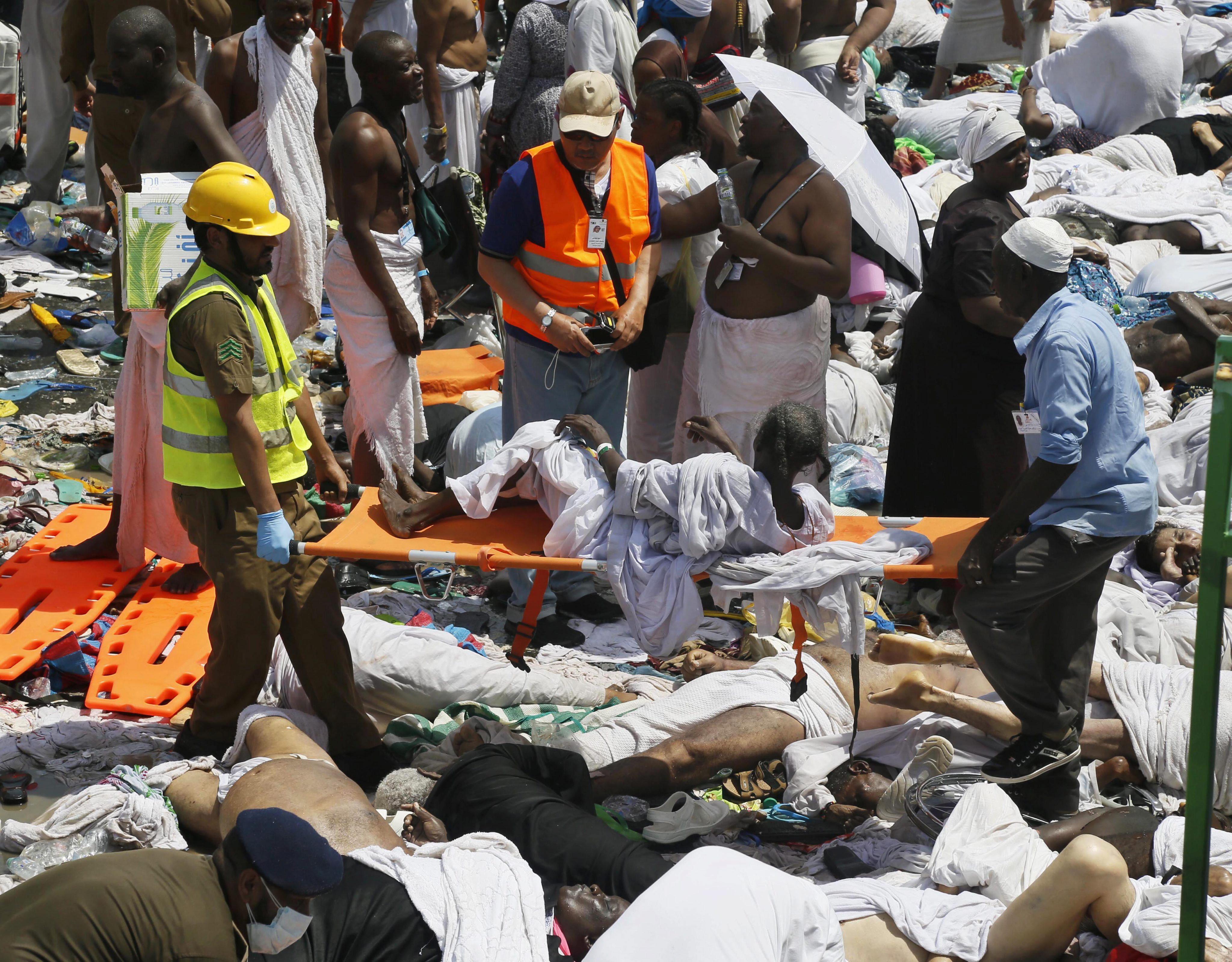 MI04 MECA (ARABIA SAUDÍ) 24/09/2015.- Peregrinos reciben atención médica tras una avalancha de gente en La Meca en Arabia Saudí hoy, 24 de septiembre de 2015. Al menos 310 personas murieron hoy y 631 resultaron heridas en una estampida en las afueras de la ciudad saudí de La Meca, provocada por la aglomeración y entrada masiva de peregrinos que participaban en el rito musulmán de la peregrinación, informó la Defensa Civil saudí. En un comunicado, explicó que las causas de la tragedia son el aumento en el flujo de peregrinos y la entrada repentina de un gran número de ellos hacia la zona donde se disponían a realizar un ritual. EFE/Ahmed Yosri