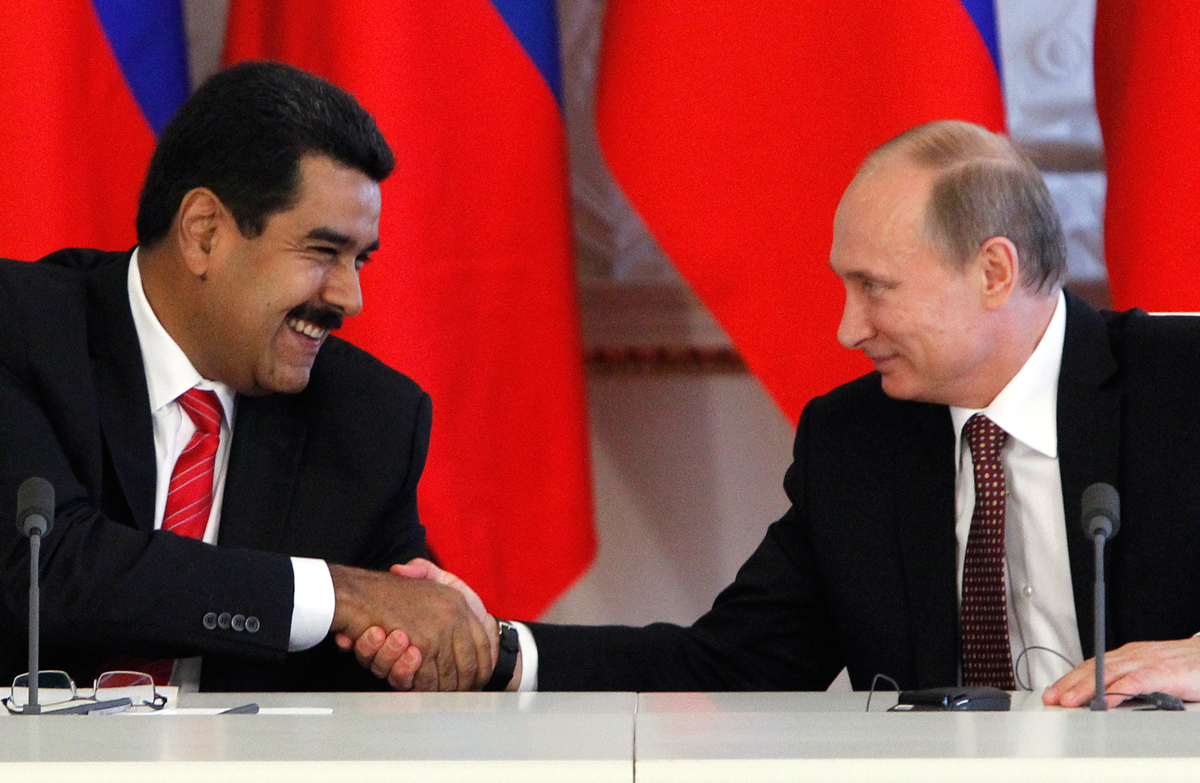 Russian President Vladimir Putin (R) shakes hands with his Venezuelan counterpart Nicolas Maduro during a signing ceremony at the Kremlin in Moscow, July 2, 2013. REUTERS/Maxim Shemetov (RUSSIA - Tags: POLITICS) - RTX11A0Q