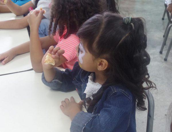Niños esperando la comida