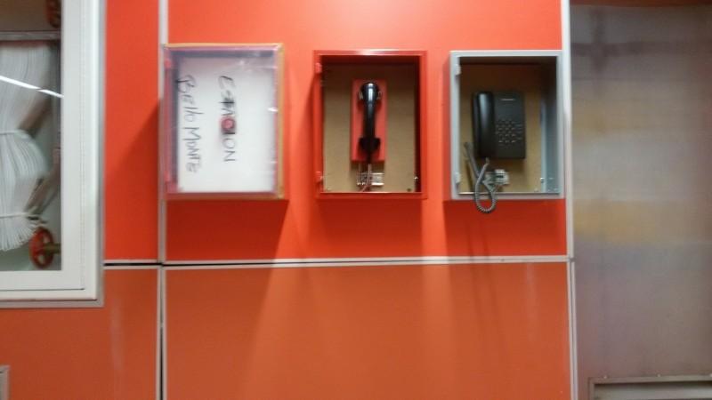 Teléfonos y alarma de emergencia, sin nada o cubiertos con plástico.