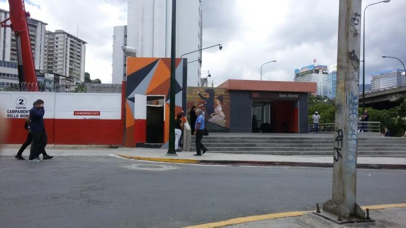 Portón Odebrecht y entrada de la estación Bello Monte
