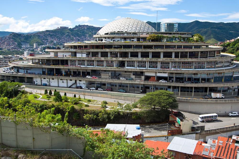 Helicoide de Roca Tarpeya, sede del SEBIN (Servicio Bolivariano de Inteligencia Nacional)   Tarpeian Rock, home of SEBIN (Bolivarian National Intelligence Service)   Caracas. 2013. (Jorge Luis Santos/Orinoquiaphoto)