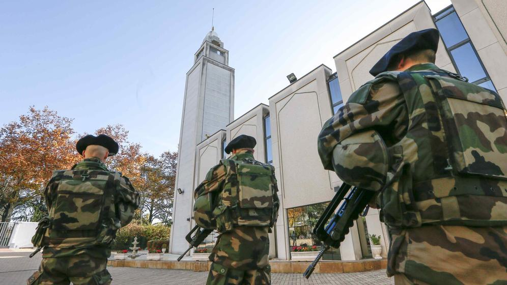 el-kalashnikov-juridico-de-hollande-las-severas-medidas-antiterroristas-de-francia