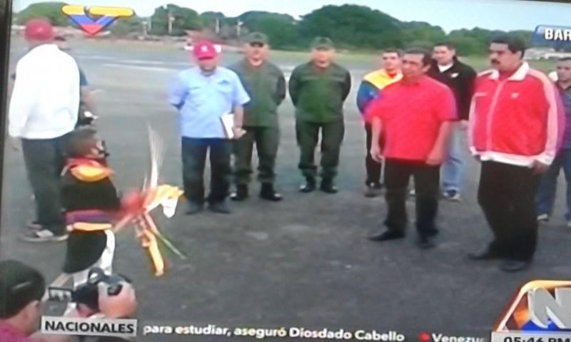 Niño disfrazado de Bolívar realiza actuación durante transmisión.