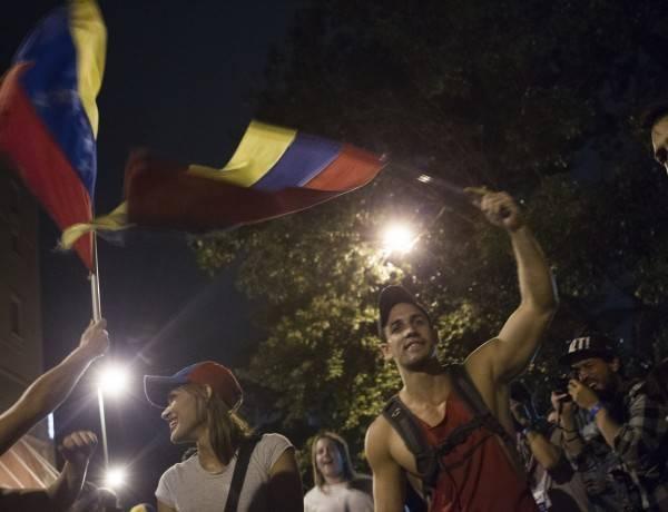 GRA015. CARACAS (VENEZUELA), 07/12/2015.- Un grupo de personas celebran la victoria obtenida por la coalición opositora Mesa de Unidad Democrática (MUD) hoy, lunes 7 de diciembre de 2015, en la ciudad de Caracas (Venezuela). La presidenta del Consejo Nacional Electoral (CNE) de Venezuela, Tibisay Lucena, anunció hoy que la alianza opositora MUD ganó las elecciones legislativas con un total de 99 diputados frente a 46 del chavismo. EFE/Manaure Quintero