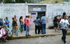 Votantes esperan su turno para entrar en Santa Cruz del Este, Municipio Baruta