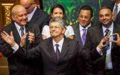 CAR01. CARACAS (VENEZUELA), 04/01/2016.- El diputado opositor Henry Ramos Allup y nuevo presidente de la Asamblea Nacional llega para la instalación del organismo hoy, martes 5 de enero de 2016, en Caracas (Venezuela). Los diputados elegidos en los comicios tomarán posesión hoy de sus cargos con lo que se pondrá fin a la hegemonía parlamentaria chavista de los últimos 17 años, después de que la oposición obtuviese el 6 de diciembre una mayoría de 112 diputados frente a los 55 conseguidos por el oficialismo. EFE/Miguel Gutérrez