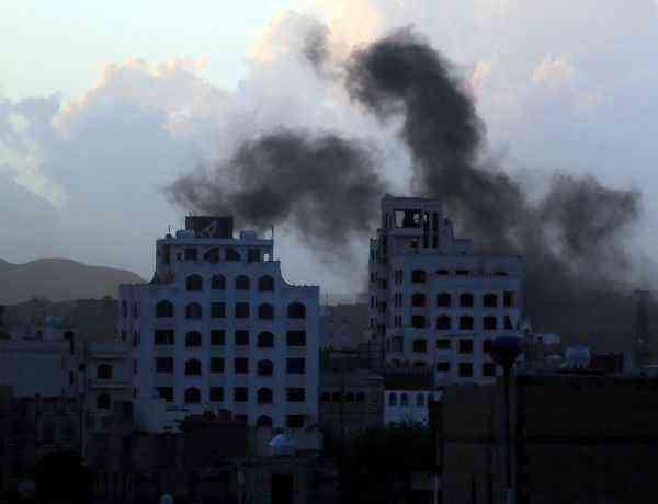 ARH-13 SANÁ (YEMEN), 06/01/2016.- Vista del humo provocado por los bombardeos de la coalición árabe liderada por Arabia Saudí en Saná, Yemen hoy 6 de enero de 2015. El Alto Comisionado de Naciones Unidas para los Derechos Humanos denunció hoy que 2.795 civiles murieron y 5.324 resultaron heridos en los últimos nueve meses a causa del conflicto que se libra en Yemen. EFE/Yahya Arhab