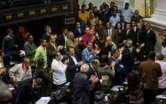 CAR01. CARACAS (VENEZUELA), 06/01/2016.- Diputados del Partido Socialista Unido de Venezuela (PSUV) participan en la sesión de la Asamblea Nacional (AN) hoy, 6 de enero de 2016 en Caracas (Venezuela). Esta es la primera sesión de la AN de mayoría opositora después de que ayer se celebrara el acto de instalación. EFE/MIGUEL GUTIÉRREZ