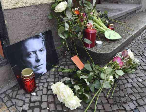 """SAB361 BERLÍN (ALEMANIA) 11/01/2016.- Fans depositan flores y velas junto a una foto el cantante británico David Bowie en un altar improvisado frente a su antigua residencia en la Hauptstrasse 155 de Berlín (Alemania), el 11 de enero de 2016. El legendario músico británico David Bowie, autor de clásicos como """"Starman"""" y """"Space Oddity"""", ha muerto a los 69 años de cáncer, informa hoy su página de Facebook. Según este mensaje, el artista, que popularizó el """"glam rock"""" en los años 70 y 80, falleció este domingo """"serenamente, rodeado de su familia, tras una valiente batalla de 18 meses contra el cáncer"""". EFE/Jens Kalaene"""