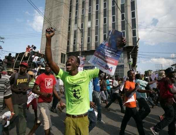 HAI01. PUERTO PRÍNCIPE (HAITÍ), 07/02/2016.- Simpatizantes de la oposición sales a las calles hoy, domingo 7 de febrero de 2016, de Puerto Príncipe (Haití). Simpatizantes de la oposición salieron a las calles en el día en que el presidente de Haití, Michel Martelly, deja el poder. Michel Martelly entregó hoy la presidencia de Haití, tras concluir este domingo su mandato, sin que se haya elegido en las urnas a su sucesor, lo que ha provocado un vacío de poder en esa pobre nación del Caribe, que vivió nuevamente una jornada de manifestaciones.El presidente del Senado y de la Asamblea Nacional, Jocelerme Privert, quien recibió el mandato de dirigir el proceso de transición, declaró oficialmente el vacío de poder en la nación. EFE/BAHARE KHODABANDE