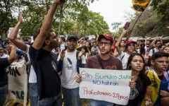CAR02. CARACAS (VENEZUELA), 28/05/2015.- Un grupo de estudiantes y profesores universitarios realizan una manifestación para pedir aumento de salario hoy, jueves 28 de mayo de 2015, en la Universidad Central de Venezuela en Caracas (Venezuela). Profesores universitarios realizan marcha para pedir aumento de salario. EFE/MIGUEL GUTIÉRREZ