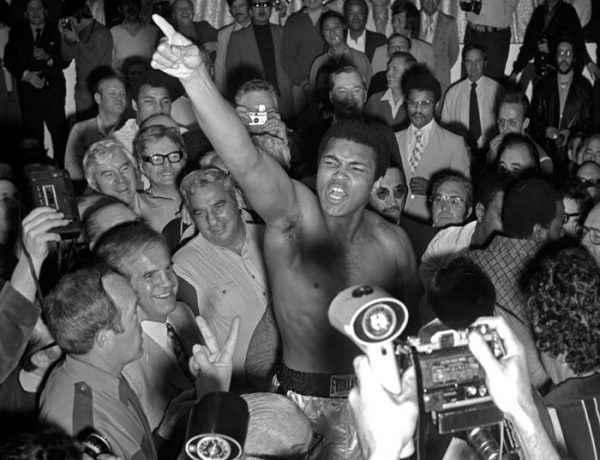 Fue el primer boxeador en ostentar en tres ocasiones un título mundial en la categoría pesos pesados