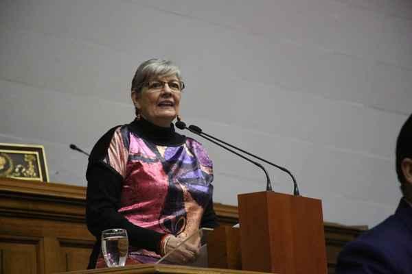 Ana Elisa Osorio en la tribuna de oradores