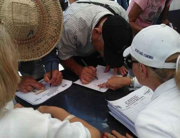 Electores firman en respaldo al revocatorio
