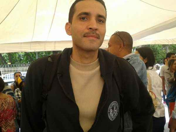 """Diego Hernández, el estudiante de la UCV que fue detenido el pasado 18 de mayo en el CNE, también asistió. """"No estamos muertos ni nos falsificaron las firmas"""", expresó."""