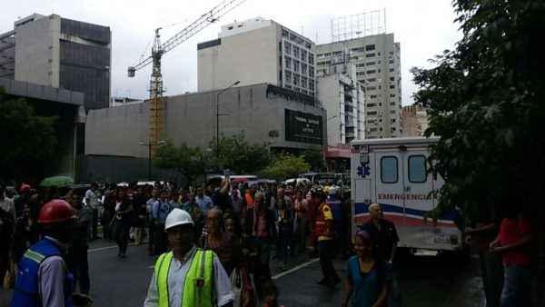 Trabajadores del Ministerio del Transporte esperan en la Avenida Francisco de MIranda