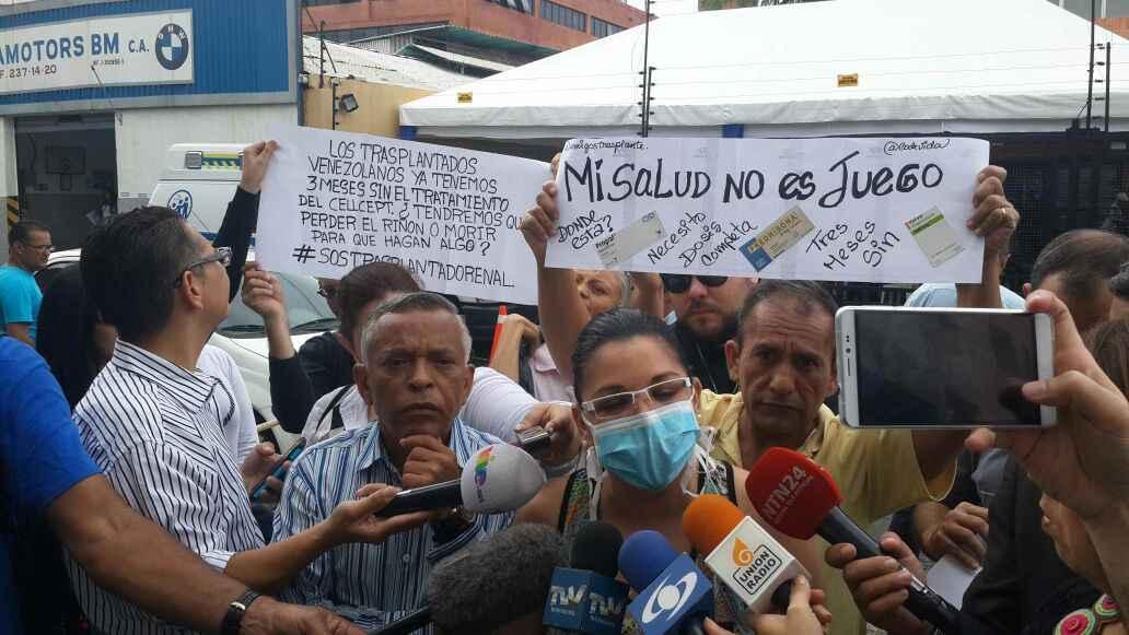 Natasha Suárez, paciente trasplantada, declarando a los medios