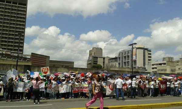 Docentes de diferentes partes del país protestaron frente al Ministerio de Educación