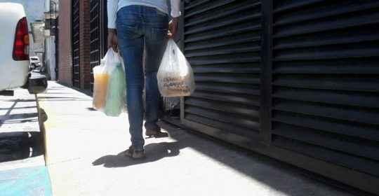Los parientes pueden llevar tres veces al día los alimentos a los detenidos. También se permite jabón corporal líquido, champú, papel higiénico y pasta dental. Todo en bolsas plásticas sin el envase usual. Familiares denunciaron arbitrariedad en el paso de la comida, decomiso de los alimentos por parte de los funcionarios y cobro de dinero por permitir productos prohibidos. También se quejaron de los maltratos físicos y de la poca higiene a la que están sometidos sus detenidos.