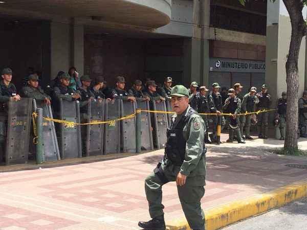 Militares afuera del Palacio de Jusiticia