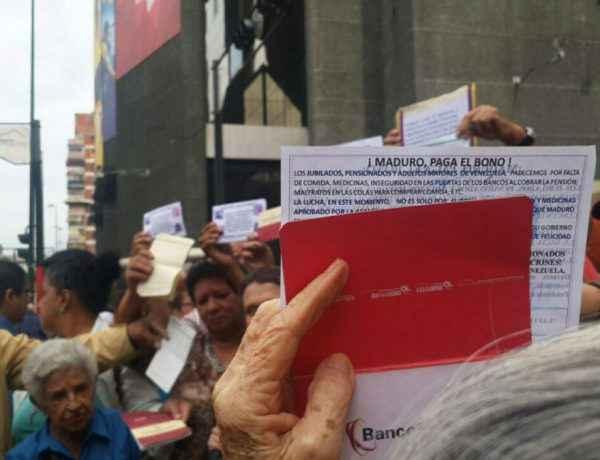 Durante la protesta, los ancianos mostraban sus libretas de ahorro para demostrar que no les habían pagado