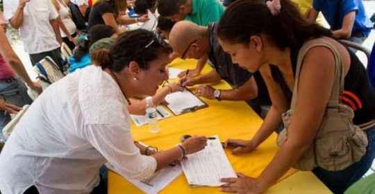 31240160429002335_venezuela_firmas_referendo_624x351_epa_nocredit