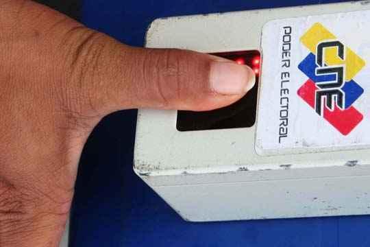 La población electoral del estado Zulia es de 2 millones 141 mil 55 electores, quienes este domingo elegirán a un gobernador y a 19 alcaldes (los municipios Miranda y Catatumbo no votarán por este cargo) y 15 legisladores (8 nominales, 6 por lista y uno por la representación indígena).