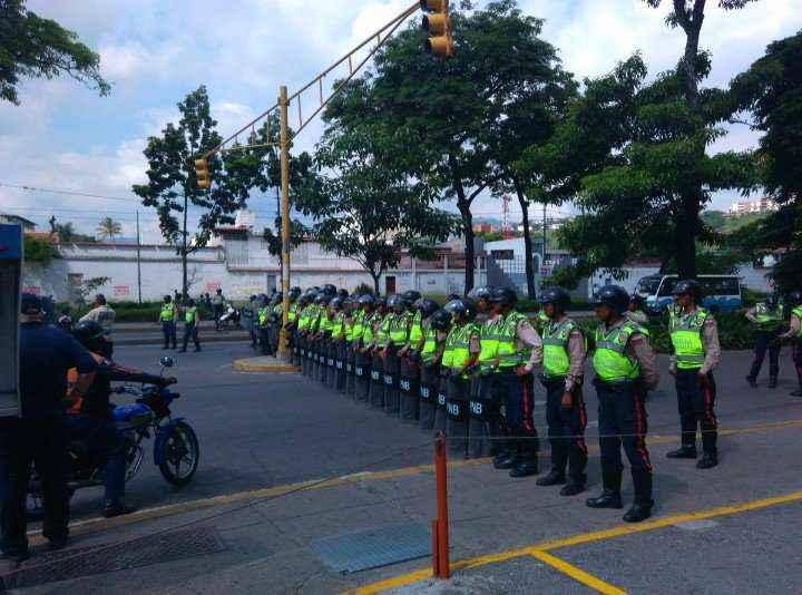 Policía Naciona Bolivariana impide paso a marcha opositora en El Paraíso #TomaDeVenezuela. (10:48 am)