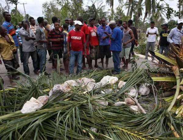 Hombres reclaman por comida y agua en Les Cayes