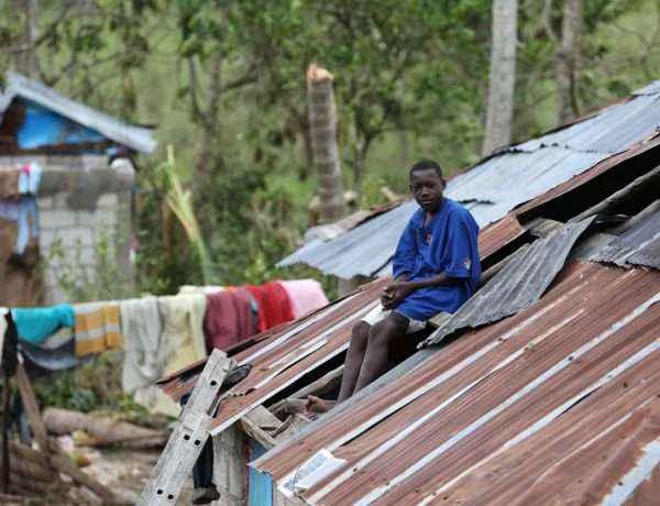 Un hombre observa su casa destruida hoy tras el paso del huracán Matthew por la isla.