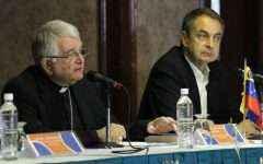 Fotografía cedida por la Agencia Venezolana de Noticias del exjefe del Gobierno español José Luis Rodríguez Zapatero (d) y monseñor Emil Paul Tscherrig (i) durante la reunión de diálogo entre oficialismo y oposición lunes 24 de octubre de 2016,