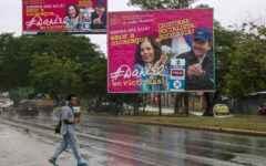 """NI3002. MANAGUA (NICARAGUA), 03/11/2016.- Vista de una valla de propaganda política en las calles de Managua hoy, 3 de noviembre de 2016, durante el inicio del silencio electoral previo a los comicios del próximo domingo. La jornada de """"silencio electoral"""", periodo de 72 horas que antecede a las votaciones y en el cual cesan los actos partidistas, ha estado marcada por la colocación de propaganda en las calles con mensajes que promueven acudir a las urnas el domingo. EFE/Jorge Torres"""