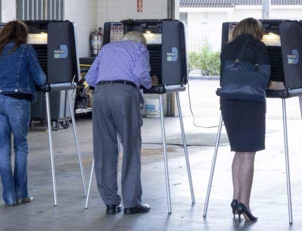 HSX10 MIAMI (ESTADOS UNIDOS), 08/11/2016.- Varias personas emiten su voto durante la elecciones presidenciales en parque de bomberos usado como colegio electoral en Miami, Florida, (Estados Unidos) hoy 8 de noviembre de 2016. EFE/Cristobal Herrera