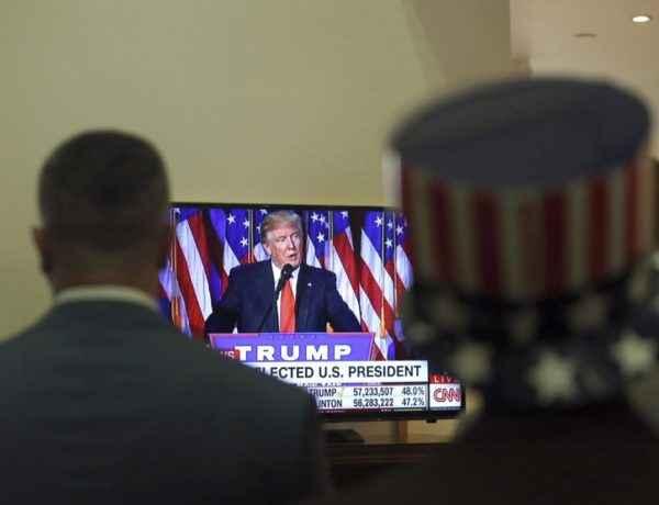 ZHM104 BAGDAD (IRAK) 09/11/2016.- Ciudadanos estadounidenses congregados para seguir por televisión el discurso del candidato republicano Donald Trump en la residencia del embajador estadounidense en Bagdad (Irak) hoy, 9 de noviembre de 2016. El candidato republicano Donald Trump ganó las elecciones presidenciales estadounidenses. EFE/Hadi Mizban / Pool