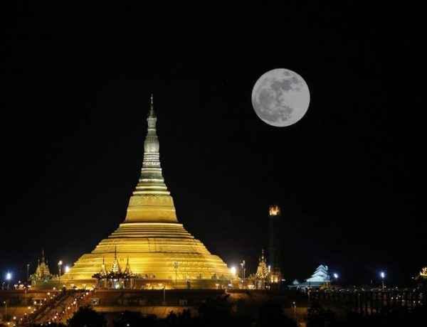 Vista de la Superluna sobre el Pagoda Uppatasanti en Naipyidó, Birmania, hoy, 14 de noviembre de 2016. Foto: EFE.