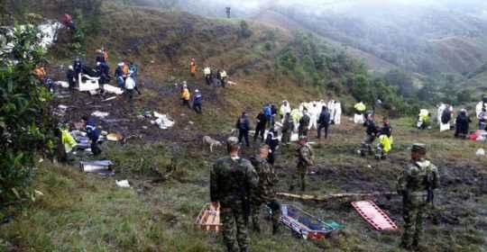 MED710. LA UNIÓN (COLOMBIA), 29/11/2016.- Equipos de rescate recuperan cuerpos hoy, martes 29 de noviembre de 2016, del avión accidentado en el municipio de La Unión, departamento de Antioquia (Colombia). Según los reportes de la Policía Nacional de Colombia, se estima que al menos 75 personas murieron en el accidente del avión boliviano con 81 personas a bordo, entre ellas la plantilla del equipo brasileño de fútbol Chapecoense, quienes iban hacia Medellín, Colombia, para disputar el primer partido de la final de la Copa Sudamericana. EFE/Fuerza Aérea de Colombia/SOLO USO EDITORIAL