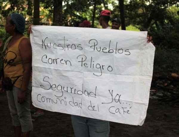 Comunidad de El Café dicen sentirse seguros con el Ejército entre ellos Foto: Ivan Reyes