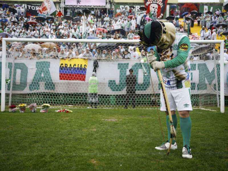 """GRA166 CHAPECO (BRASIL), 03/12/2016.-La mascota del club brasileño Chapecoense """" Indio Madruga"""" en el cesped del estadio arena Conda en Chapeco hoy, sabado 3 de diciembre de 2016, donde se celebrará el homenaje a los jugadores y miembros del equipo técnico del club Chapecoense muertos en el accidente aéreo en Colombia, en el que fallecieron 71 personas, entre ellos 19 jugadores del Chapecoense, que viajaba para jugar en Medellín, noroeste de Colombia, el partido de ida de la final de la Copa Sudamericana, frente al Atlético Nacional colombiano. EFE/FERNANDO BIZERRA JR"""