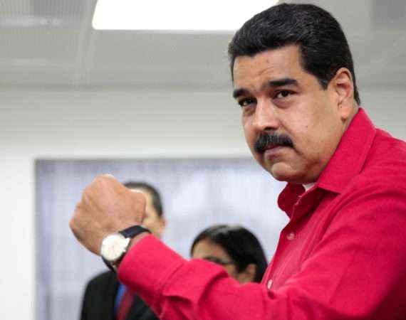 CAR801. CARACAS (VENEZUELA), 06/12/2016.- Fotografía cedida por el Palacio de Miraflores donde se observa al presidente de Venezuela Nicolás Maduro durante una reunión con el vice primer ministro de Rusia Dimitri Rogozi (no en la foto) hoy, martes 6 de diciembre de 2016, en Caracas (Venezuela).  EFE/PALACIO DE MIRAFLORES / SOLO USO EDITORIAL/NO VENTAS