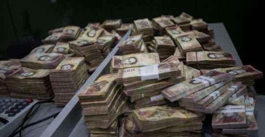 CAR20. CARACAS (VENEZUELA), 13/12/2016.- Vista de billetes de 100 bolívares en un banco hoy, 13 de diciembre de 2016, en Caracas (Venezuela). Miles de venezolanos acudieron hoy a las entidades bancarias públicas y privadas del país para despojarse de sus billetes de 100 bolívares, el de más alta denominación en la moneda local, que perderá su valor y dejará de circular el jueves por orden del presidente del país, Nicolás Maduro. EFE/MIGUEL GUTIERREZ