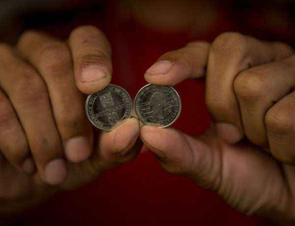 """CAR30. CARACAS (VENEZUELA), 28/12/2016.- Vista de monedas de 50 Bolívares hoy, 28 de diciembre del 2016, en la ciudad de Caracas (Venezuela). El pasado 4 de diciembre el Banco Central de Venezuela (BCV) anunció que el 15 de ese mes entraría en vigencia una nueva familia monetaria con billetes de mayor denominación con el fin de """"optimizar el actual cono monetario"""" del país. EFE/MIGUEL GUTIERREZ"""
