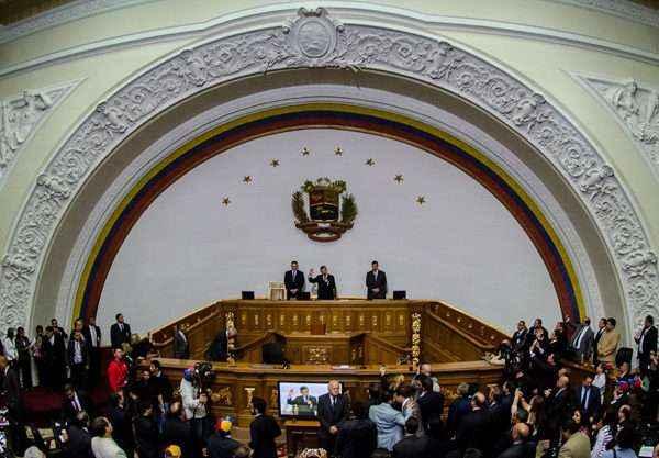 CAR115. CARACAS (VENEZUELA), 05/01/2016.- Diputados toman juramento de sus cargos durante la instalaciÛn de la Asamblea Nacional hoy, martes 5 de enero de 2016, en Caracas (Venezuela). EFE/Miguel GutiÈrrez