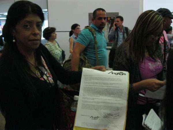 Anabel Cabrera muestra su certificado mèdico