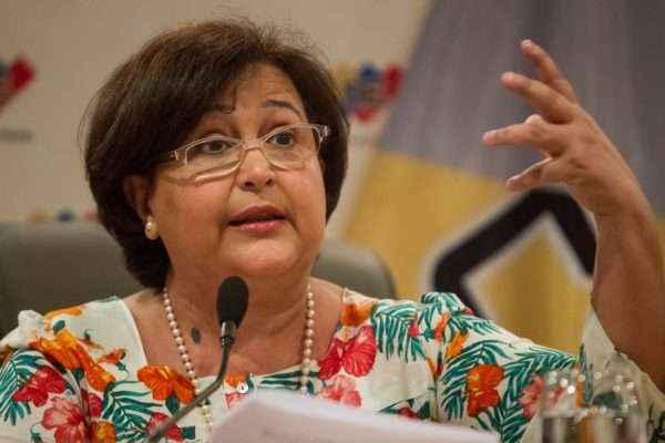 CAR01. CARACAS (VENEZUELA) 22/6/2015.- La presidenta del Consejo Nacional Electoral de Venezuela (CNE),Tibisay Lucena, ofrece declaraciones a la prensa hoy, lunes 22 de junio del 2015, en Caracas (Venezuela). La funcionaria anunció hoy que las elecciones parlamentarias en el país se celebrarán el próximo 6 de diciembre, la campaña electoral comenzará el 13 de noviembre y concluirá la noche del 3 diciembre, señaló Lucena en una declaración a los periodistas en la que no se admitieron preguntas. EFE/MIGUEL GUTIÉRREZ