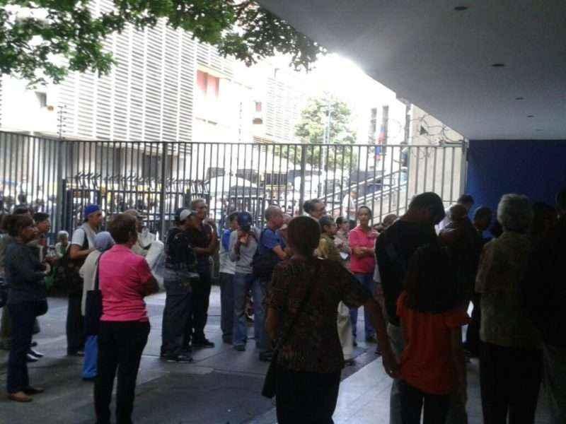 En el banco Fondo Común que está al lado del BCV los abuelos esperan para cobrar su pensión. Muchos se van por la cola