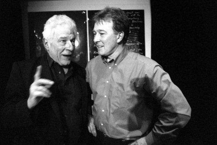 John Berger (izquierda) junto con John Cristie, en el 2000 en Barcelona. Foto: Manolo S. Urbano