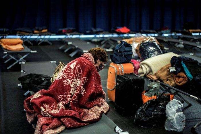 Una mujer descansa en un gimnasio donde se alojan las personas sin techo y sus familias, en Lyon, Francia. Han empezado a aplicarse las medidas del Plan Grand Froid del Gobierno francés en la región debido a la fuerte ola de frío que sufre Europa. Jeff Pachoud. AFP.